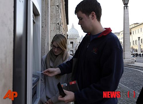 <div align=right><font color=blue>ⓒAP Photo</font></div>2013년 1월1일, 돈세탁 혐의를 받아온 바티칸이 은행카드 등 전자 결제 수단 거래가 중지당하는 '굴욕'을 당했다. 이탈리아의 중앙은행인 뱅크오브이탈리아가 바티칸 시내에서 모든 은행카드 등 결제 수단 사용을 막았기 때문인데, 이 같은 조치는 바티칸은행(IOR)이 유럽연합(EU)이 제정한 돈세탁을 방지하는 안전 규정을 지키지 않고 있다는 판단에 따라 내려졌다. 현금이 필요한 관광객들은 로마까지 다녀와야 하는 불편함을 겪어야만 했다. 2013-01-04