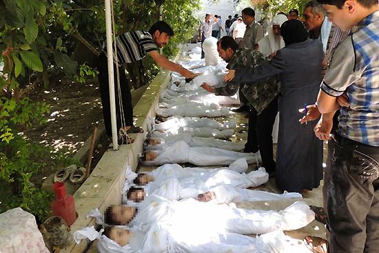 <div align=right><font color=blue>ⓒLocal Committee of Arbeen 제공</font></div>다마스쿠스 인근 아르빈에서 주민들이 화학무기 공격으로 숨진 어린이들의 신원을 확인하고 있다.