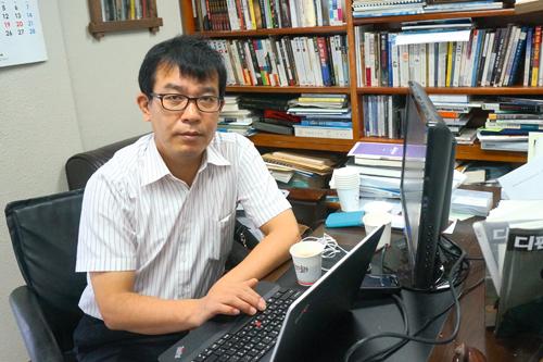 <div align=right><font color=blue> </font></div>김종대 편집장(위)은 서해 교전을 이해하기 위해 수십명의 장성과 전문가를 인터뷰했다.
