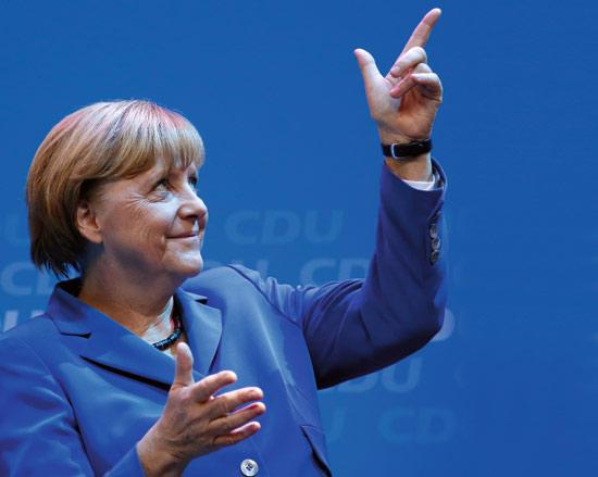 <div align=right><font color=blue>ⓒAP Photo</font></div>9월22일 지지자들을 향해 제스처를 취하는 메르켈 독일 총리.
