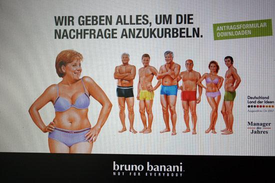<div align=right><font color=blue>ⓒEPA</font></div>메르켈 총리는 독일의 속옷 회사 광고에 등장할 만큼 높은 인기를 누렸다.