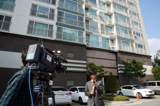 <div align=right><font color=blue>ⓒ시사IN 신선영</font></div>'임 여인 외삼촌'의 아파트 앞에서 TV조선 기자가 중계방송을 하고 있다.