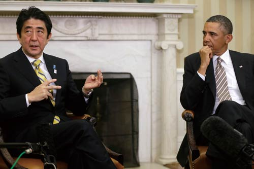 <div align=right><font color=blue>ⓒAP Photo</font></div>2013년 2월22일 백악관에서 만난 아베 일본 총리(왼쪽)와 오바마 미국 대통령. 최근 미국 의회의 공식기구가 아베의 역사관에 의구심을 표명했다.