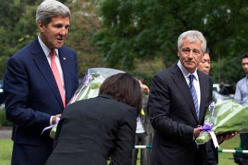 <div align=right><font color=blue>ⓒAP Photo</font></div>2013년 10월3일 일본을 방문 중인 존 케리 미국 국무장관(맨 왼쪽)과 척 헤이글 국방장관(왼쪽에서 세 번째)이 헌화를 위해 일본의 2차대전 전몰자 묘원을 찾았다.