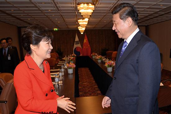 <div align=right><font color=blue>ⓒ연합뉴스</font></div>3월23일 박근혜 대통령(왼쪽)과 시진핑 중국 주석(오른쪽)이 한·미·일 3국 정상회담에 앞서 만났다.