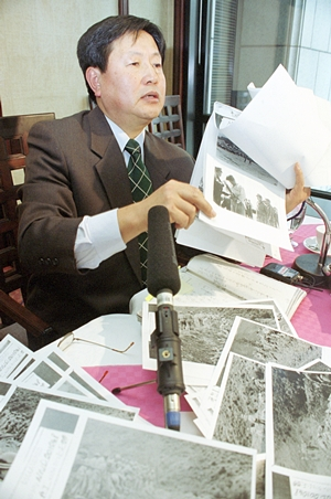 <div align=right><font color=blue>ⓒ연합뉴스</font></div>이도영 전 탐라대 교수가 지난 2000년 1월 19일 외신기자클럽에서 기자회견을 갖고 한국전쟁 전후로 벌어진 무차별적인 양민학살과 관련된 사진과 자료 등을 공개하고 있다.