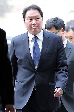 <div align=right><font color=blue>ⓒ연합뉴스</font></div>2013년 1월31일 비자금 조성 등 혐의로 기소된 최태원 SK그룹 회장이 법원에 들어가고 있다.