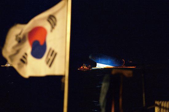 <div align=right><font color=blue>ⓒ시사IN 조남진</font></div>사고 발생 15시간이 지난 4월16일 밤 12시. 해경과 해군 등이 실종자 구조를 위해 세월호에 접근하고 있다.