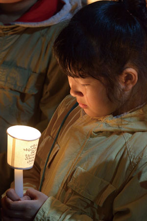 <div align=right><font color=blue>ⓒ시사IN 이명익</font></div>4월17일 단원고등학교에서 열린 촛불집회에서 한 어린이가 기도를 하며 눈물 흘리고 있다.