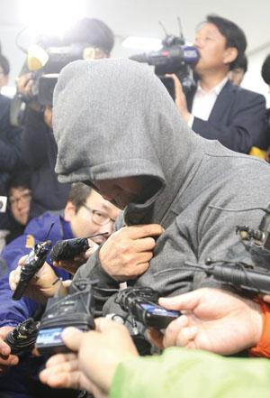 <div align=right><font color=blue>ⓒ연합뉴스</font></div>4월17일 오전 이준석 세월호 선장은 목포경찰서에 소환돼 조사를 받았다.