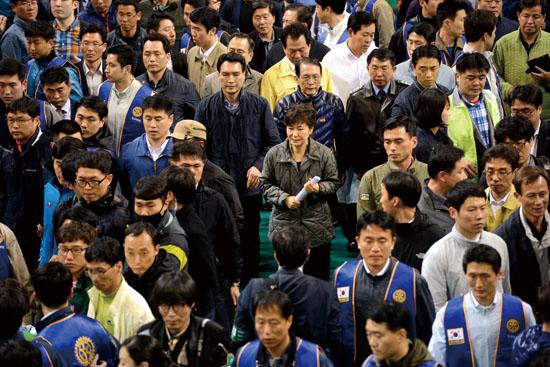 <div align=right><font color=blue>ⓒ시사IN 조남진</font></div>4월17일 박근혜 대통령이 세월호 참사 실종자 가족들이 머물고 있는 진도 실내체육관을 방문한 뒤 경호원들에 둘러싸인 채 체육관을 나서고 있다.