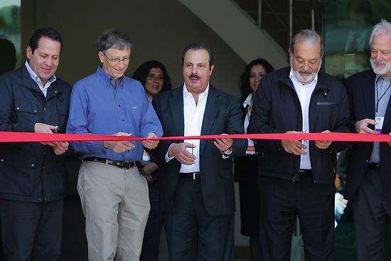 <div align=right><font color=blue>ⓒEPA</font></div>빌 게이츠 MS사 회장(왼쪽에서 두 번째)과 멕시코 통신재벌 카를로스 슬림(왼쪽 세 번째)이 국제 옥수수·밀연구소 설립을 위해 기부했다. 둘의 만남은 '슈퍼 리치'의 협력으로 눈길을 모았다.