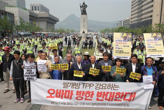 <div align=right><font color=blue>ⓒ연합뉴스</font></div>4월25일 시민사회단체 관계자들이 한국의 TPP 참여를비판하면서 '오바마 방한 반대' 구호를 외치고 있다. TPP는 한·미 FTA보다 강도 높은 무역협정으로 꼽힌다.