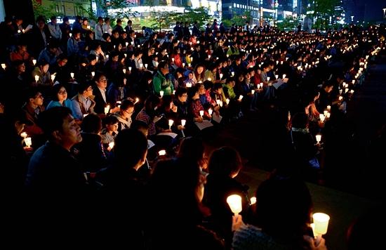 <div align=right><font color=blue>ⓒ시사IN 조남진</font></div>경기도 안산 문화광장에 모인 시민들이세월호 참사 희생자들을 추모하고 있다.