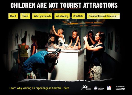 """원조 기금을 노린 비즈니스까지 성행하자 """"어린이는 여행상품이 아니다""""라는 캠페인이 벌어졌다."""