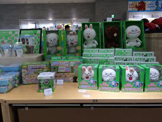 <div align=right><font color=blue>ⓒ임정욱 제공</font></div>라인은 일본의 '국민 메신저'가 됐다. 라인의 캐릭터 상품을 판매 중인 일본 매장.
