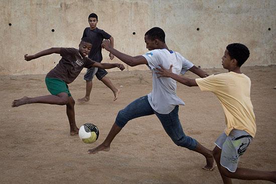 <div align=right><font color=blue>ⓒAP Photo</font></div>브라질 아이들에게 축구는 신분 상승의 수단이다.
