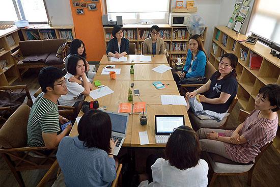 <div align=right><font color=blue>ⓒ시사IN 신선영</font></div>서울 광화문 광장에서 돌아가며 1인 시위를 벌이고 있는 엄마들이 6월25일 한자리에 모였다. SNS를 통해 만난 사이인지라 얼굴을 처음 접했다는 이들이 많았다.
