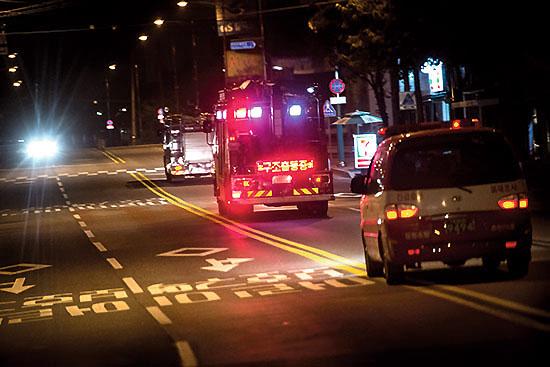 <div align=right><font color=blue>ⓒ시사IN 신선영</font></div>7월31일 자정이 넘은 시각.  화재 진압, 구조 차량이 줄지어 도로를 달리고 있다.