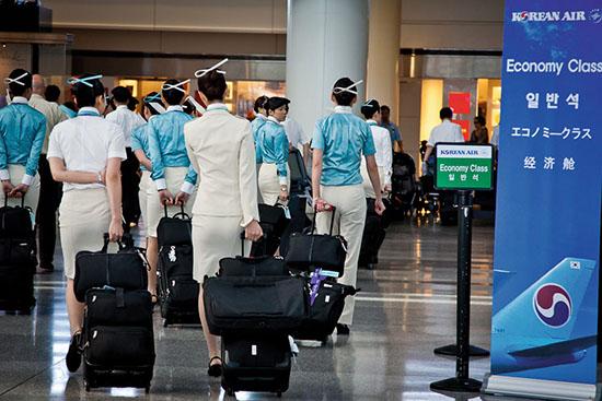 <div align=right><font color=blue>ⓒ연합뉴스</font></div>대한항공은 승무원이 유니폼을 착용했을 때 전화 사용, 음료수를 들고 다니며 마시는 행동 등을 금지했다.