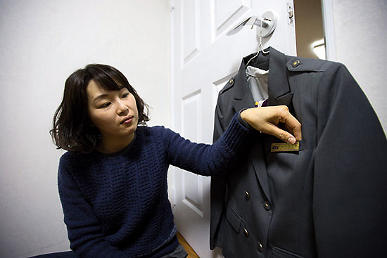 <div align = right><font color=blue>ⓒ시사IN 신선영</font></div>오미선 전 KTX 열차승무지부장이 3월5일 자택에서 근무 당시 입었던 유니폼을 살펴보고 있다.