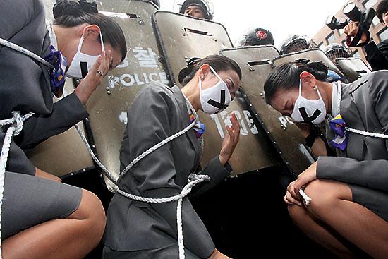 <div align = right><font color=blue>ⓒ연합뉴스</font></div>2006년 9월28일 해고된 KTX 승무원들이 몸을 쇠사슬로 묶고 국회 진입을 시도하다가 경찰에 저지당하고 있다.