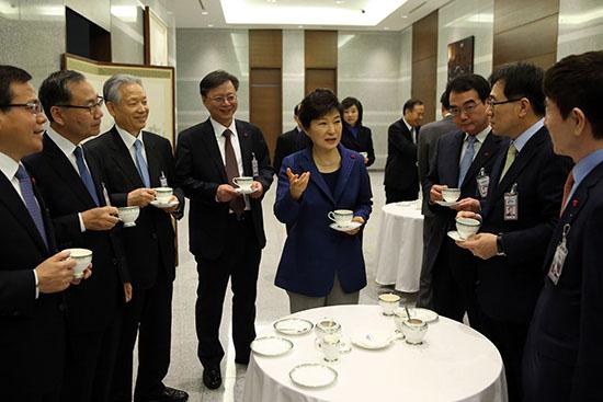 <div align=right><font color=blue>ⓒ연합뉴스</font></div>1월26일 박근혜 대통령이 신임 특보 및 수석들과 티타임을 가졌다. 우병우 민정수석(왼쪽에서 네 번째)은 검찰과 청와대의 고리로 지목된다.