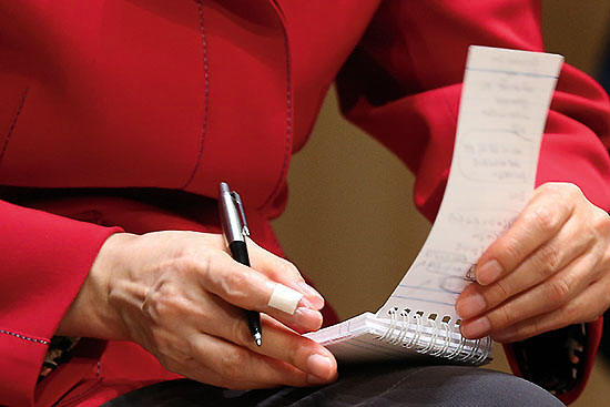 <div align=right><font color=blue>ⓒ연합뉴스</font></div>2012년 10월 박근혜 당시 새누리당 대선 후보가 전북 경제 활성화를 위한 간담회에서 토론자들의 의견을 수첩에 적고 있다.