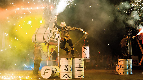 <div align=right><font color=blue>ⓒ수원문화재단 제공</font></div>수원연극축제에서는 스페인 공연 팀 '작사 시어터'의 불꽃쇼를 만나볼 수 있다.
