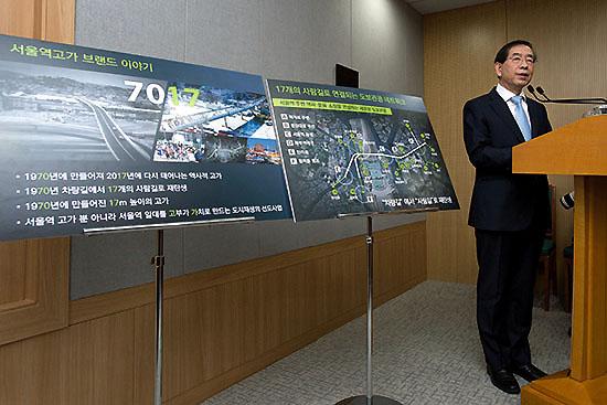 <div align=right><font color=blue>ⓒ시사IN 신선영</font></div> 1월29일 박원순 서울시장이 '서울역 7017 프로젝트'를 발표하고 있다.
