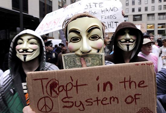 <div align=right><font color=blue>ⓒEPA</font></div>2012년 11월 미국 '월가 점령 시위'에 참여한 이들(위)은 채권자에게서 채권을 사들여 소각하는 '롤링주빌리' 프로젝트를 추진했다.