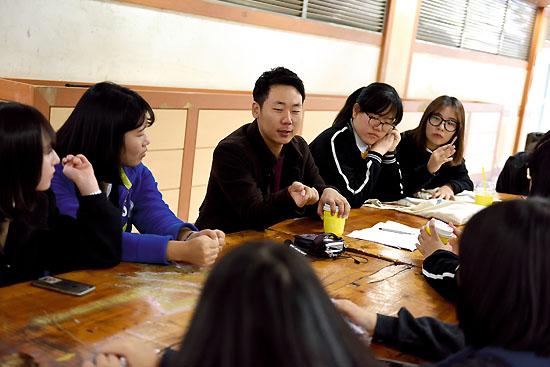 <div align = right><font color=blue>ⓒ시사IN 신선영</font></div>10월29일 열린 드림콘서트에서 박종범 농사펀드 대표(왼쪽에서 세 번째)가 학생들과 이야기하고 있다.