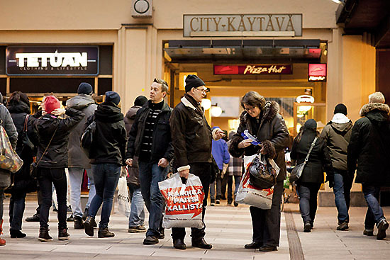 <div align=right><font color=blue>ⓒLehtikuva</font></div>핀란드 언론에 따르면 월 800유로로는 수도 헬싱키에서 주거·식량 등 기본적인 삶을 유지할 수 없다. 위는 헬싱키에서 쇼핑하고 있는 핀란드 사람들.