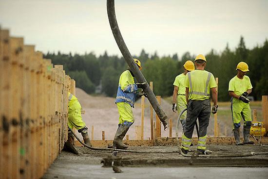 <div align=right><font color=blue>ⓒLehtikuva</font></div>여러 정황을 미루어볼 때 핀란드의 기본소득 제도는 '저임금 일자리'를 확산시킬 가능성이 높다. 위는 핀란드 반타의 철도 건설 현장.
