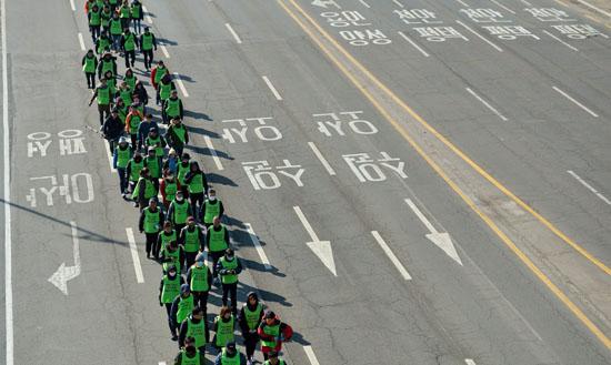 <div align=right><font color=blue>ⓒ시사IN 조남진</font></div>농민 백남기씨의 혼수상태가 103일째로 접어든 2월24일 도보순례단이 경기도 평택을 출발해 서울로 향하고 있다.