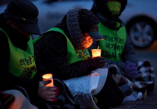 <div align=right><font color=blue>ⓒ시사IN 조남진</font></div>2월23일 오후 경기도 평택에 도착한 도보순례단이 평택역 광장에서 촛불문화제를 열었다.