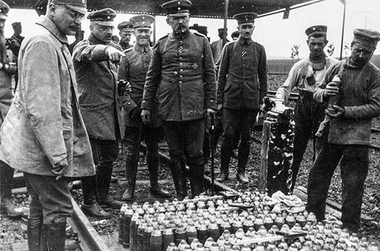 독일의 화학자 프리츠 하버(왼쪽에서 두 번째)는 살상 무기로 쓸 독가스를 만들어내는 데 몰두했다.