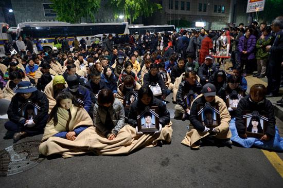 <div align = right><font color=blue>ⓒ시사IN 조남진</font></div>2014년 5월9일 새벽 세월호 희생자 학부모들이 청와대 인근 청운동사무소 앞에서 대통령 면담을 촉구하고 있다.