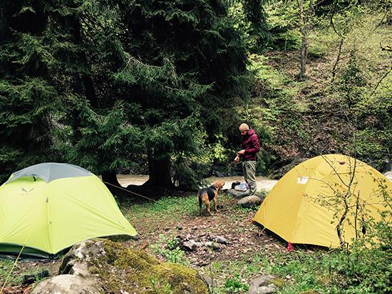<div align=right><font color=blue>ⓒ시사IN 고재열</font></div>보르조미 계곡에서 캠핑을 즐기는 조지아인. 근처에 온천도 있다.