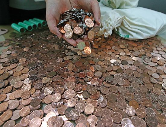 <div align=right><font color=blue>ⓒ연합뉴스</font></div>한국은행의 최근 보고서는 향후 추진 과제의 하나로 '동전 없는 사회'를 제시했다.