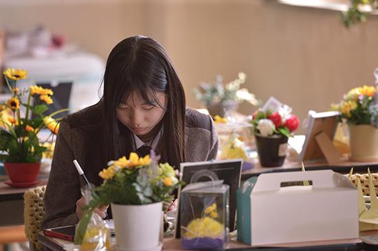 <div align = right><font color=blue>ⓒ시사IN 이명익</font></div>고 김동혁군의 동생 예원양(위)은 매일 오빠를 보기 위해 일부러 단원고에 진학했다.