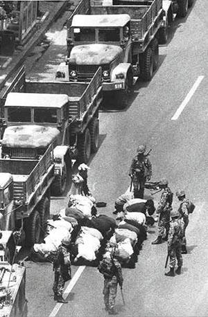 <div align=right><font color=blue>ⓒ5·18 광주민주화운동</font></div>1980년 5월 계엄군이 광주 시민들을 무릎 꿇리고 있는 모습.