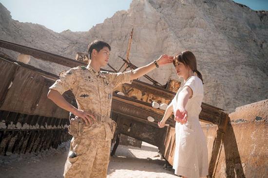 <div align=right><font color=blue>ⓒKBS 제공</font></div>KBS2 <태양의 후예>의 한 장면. '신체 접촉'만 주의하다 보니 우스꽝스러운 장면이 만들어지기도 했다.