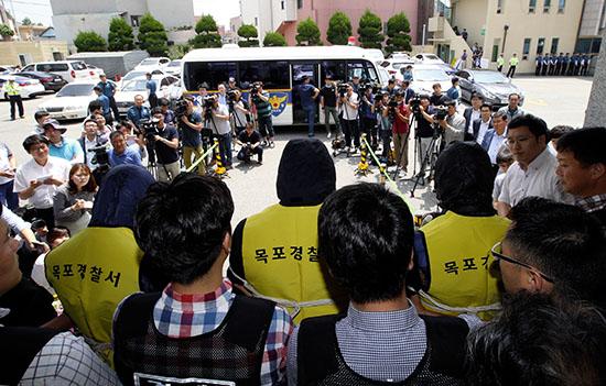 <div align = right><font color=blue>ⓒ연합뉴스</font></div>6월10일 섬마을 교사를 강간한 피의자 3명이 호송차에 오르기 위해 목포경찰서를 나오고 있다.