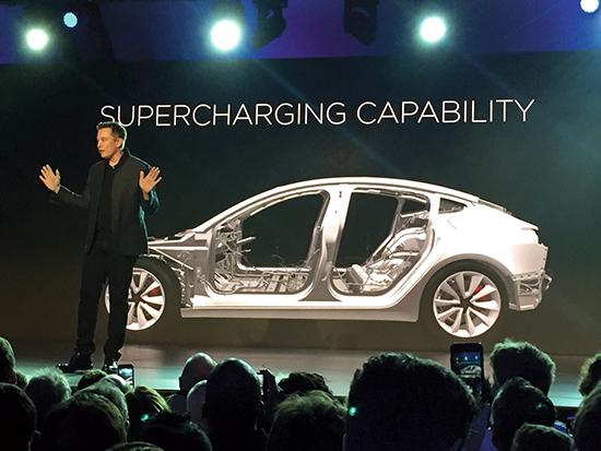 <div align=right><font color=blue>ⓒAP Photo</font></div>자사의 신차 '모델 3'을 설명하고 있는 일론 머스크 테슬라 최고경영자(CEO).
