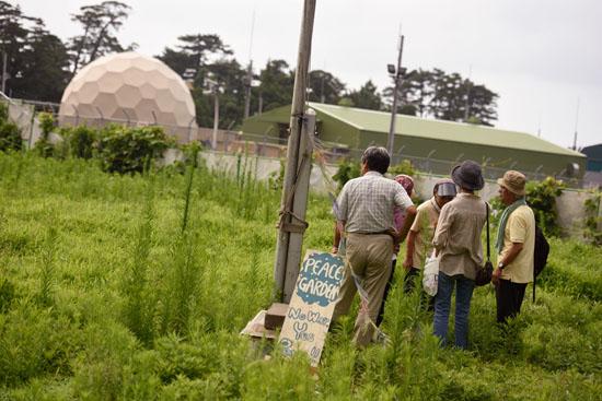 <div align = right><font color=blue>ⓒ시사IN 이명익</font></div>'미군 X밴드 레이더 기지 반대·교토연락회' 소속 회원들이 교탄고 시 미군 X밴드 레이더 기지 앞 'Peace Garden'에서 기지를 둘러보고 있다.