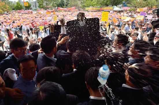 <div align = right><font color=blue>ⓒ시사IN 조남진</font></div>7월15일 성주군청을 찾은 황교안 총리가 발언할 때 주민들이 물병과 달걀을 던지며 항의했다.