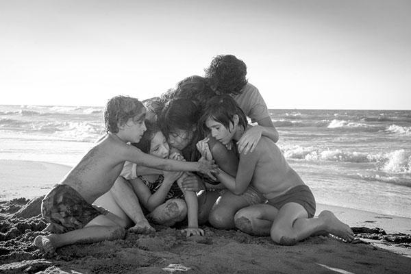 초현실을 현실화한 현대적인 흑백 영상
