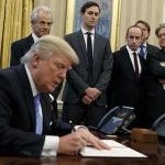 트럼프 반이민 명령 뒤에 두 남자가 있다